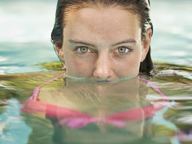 Zapach chloru i czerwone oczy po kąpieli w basenie