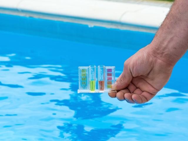 Mierzenie poziomu pH w basenie